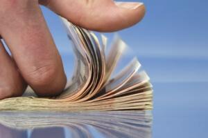При увольнении работнику выплачиваются денежные средства, согласно трудовому договору