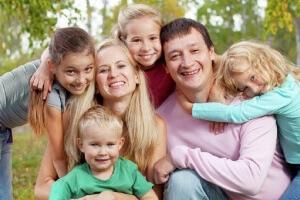 Многодетная семья: сколько детей в ней должно быть, и на что она имеет право?
