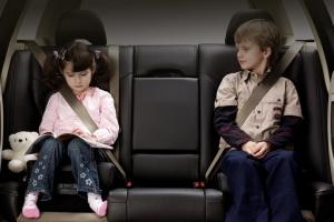 Как правильно перевозить младенцев в автомобиле по нормам ГИБДД?