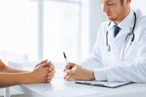 Куда обратиться с жалобой на врача, кто их рассматривает и как правильно оформить подобную бумагу – разбираемся