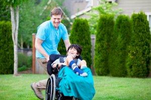 Ребенок-инвалид с папой