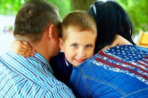 Ребенок обнимает опекунов