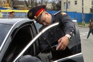Замеры тонировки инспектором ГИБДД