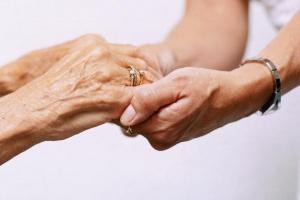 Как оформить уход за стариками за квартиру