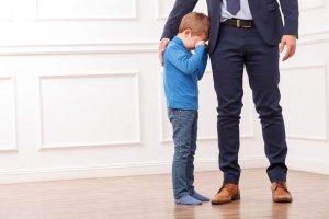 Как обычно утверждается ограничение родительских прав отца?