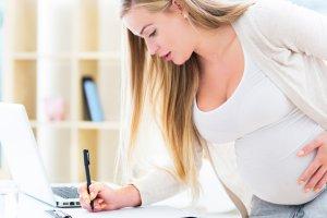 Беременная женщина пишет