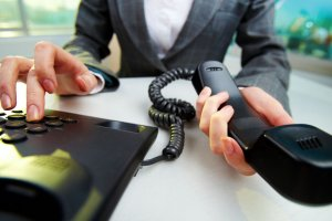 Имеет ли право банк звонить родственникам должника — законные причины, правила поведения
