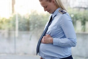 Беременная девушка в форме