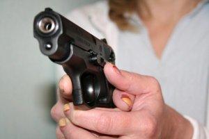 Пистолет в женских руках