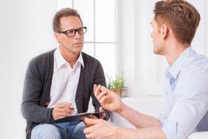 Потерпевший беседует с адвокатом
