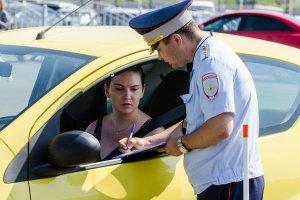 Инспектор штрафует нарушителя