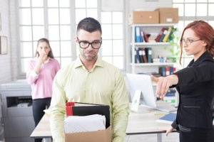 Правила увольнения работника по инициативе работодателя или как уволить человека